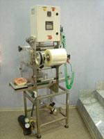 Полуавтоматическое оборудование в пластиковые контейнеры.